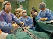 Врачи отделения хирургии новорожденных Воронежской областной детской клинической больницы №1 проводят операцию под руководством О.Г. Мокрушиной