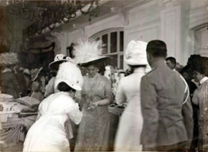 Ялта, 1914. Александра Федоровна принимает гостей на благотворительной ярмарке в здании городского собрания